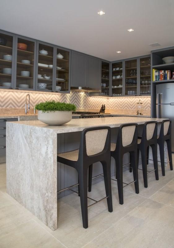 Cozinha com ilha de mármore travertino nacional