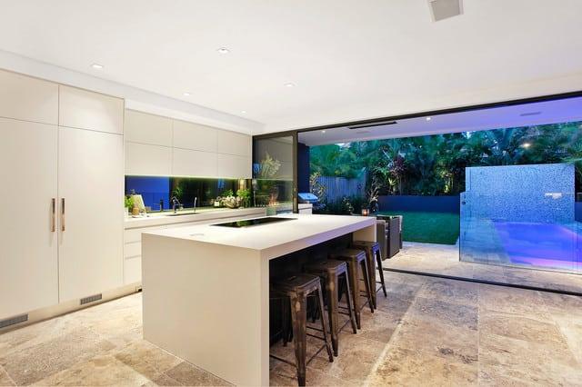 Cozinha com piso de mármore travertino