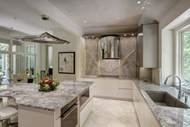 Cozinha com piso de travertino claro