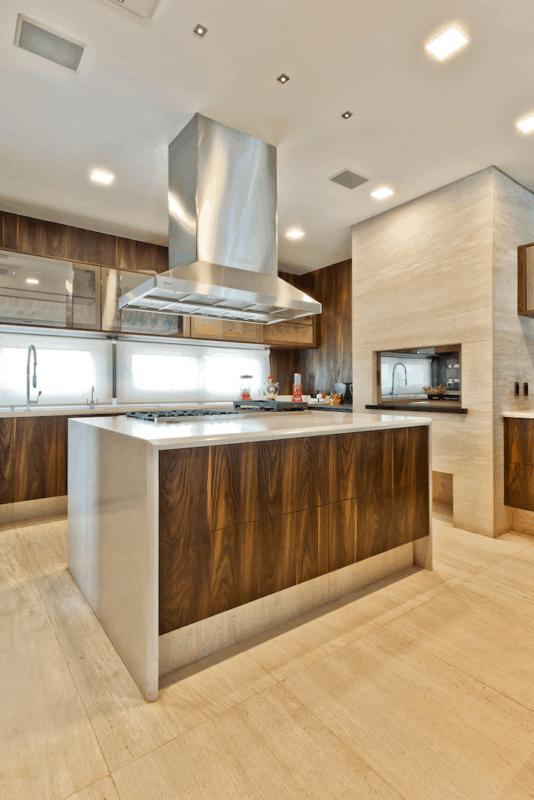 Cozinha com piso e churrasqueira de mármore travertino