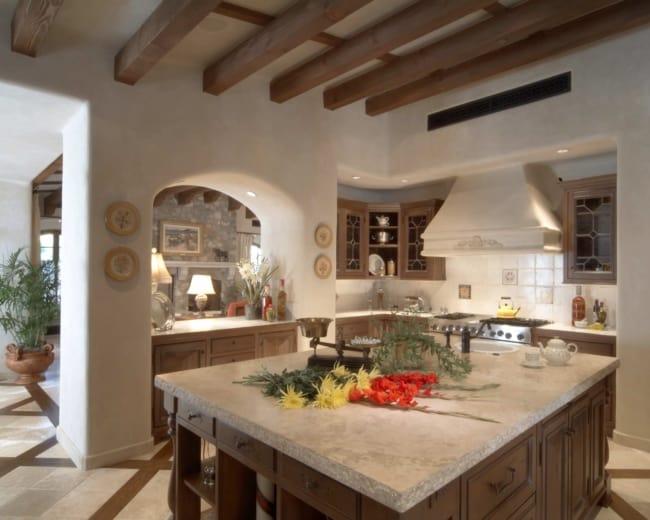 Cozinha estilosa e rústica com tampo de travertino