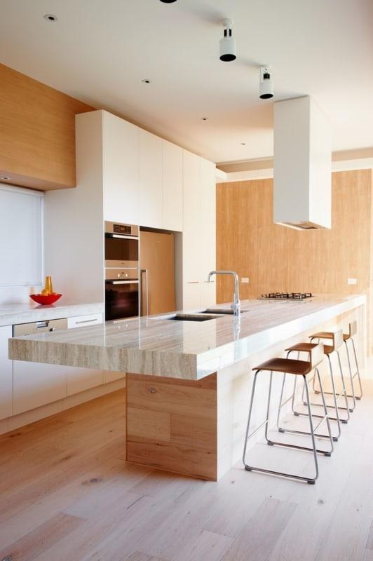 Cozinha moderna com bancada de travertino importado