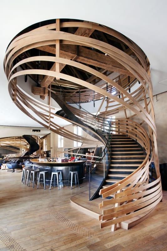 Escada de madeira curva moderna e diferente para projetos contemporaneos