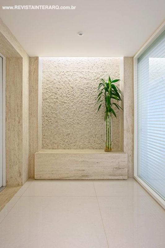 Hall de entrada com revestimento e aparador de mármore