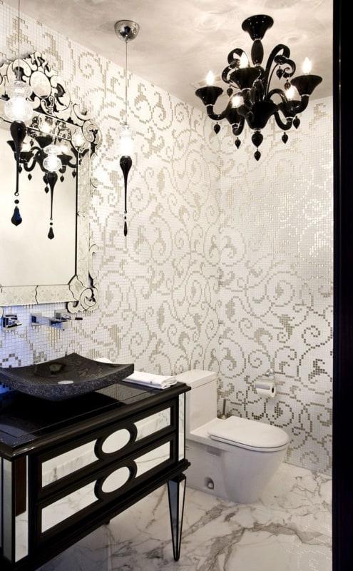 Lavabo de luxo com papelç de parede e lustre preto