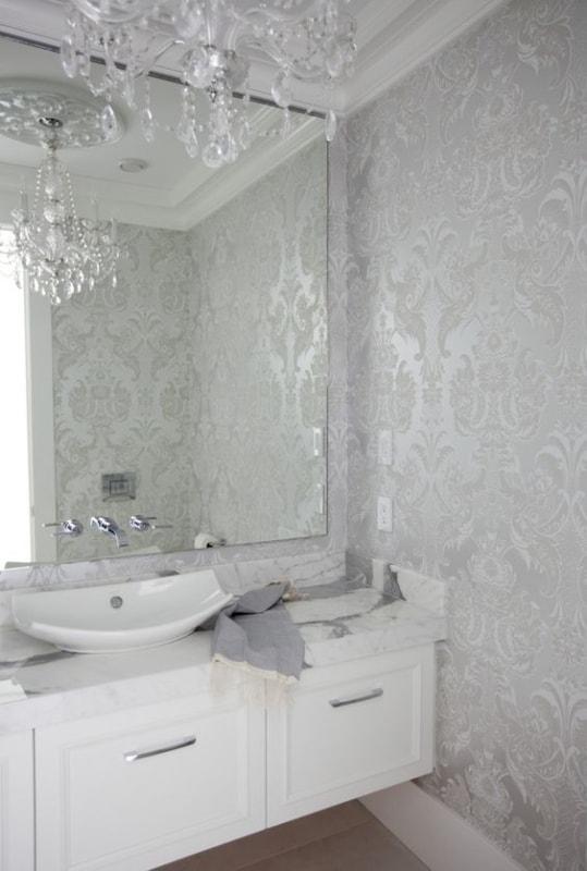 Lustre de cristal para lavabo chique com papel de parede arabesco prateado