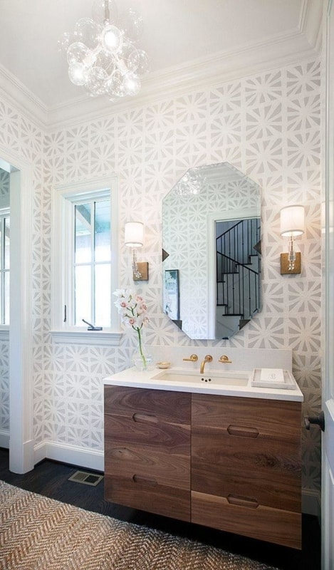 Lustre delicado para lavabo com papel de parede