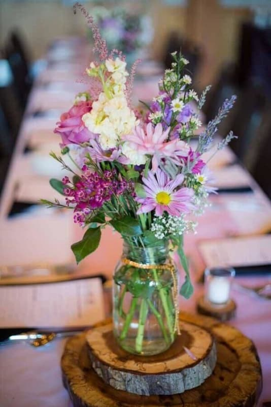 Mesa de jantar com flores do campo