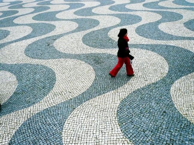 Pedra portuguesa na calçada pública