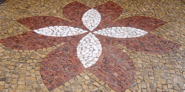 Pedra portuguesa na calçada personalizada
