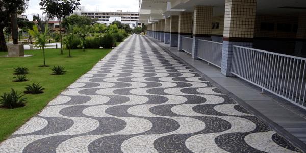Pedra portuguesa na calçada preta e branca