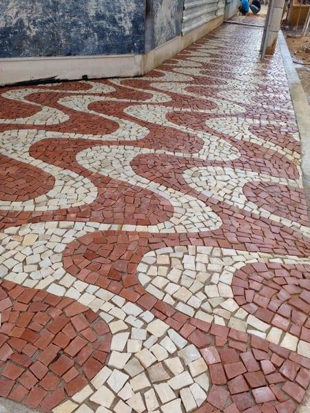 Pedra portuguesa na calçada vermelha e branca