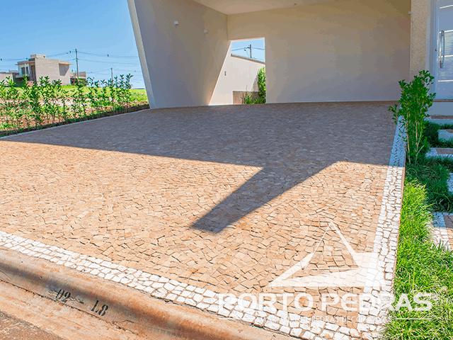 Pedra portuguesa na fachada e garagem