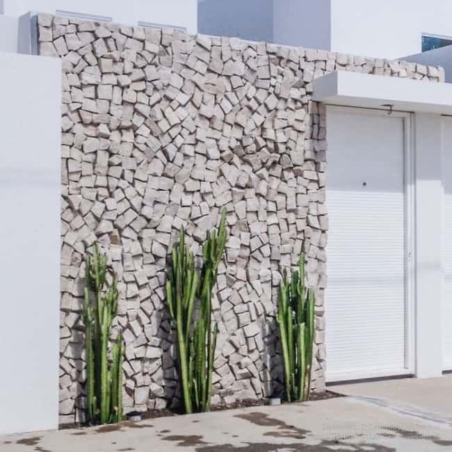 Pedra portuguesa na fachada no muro