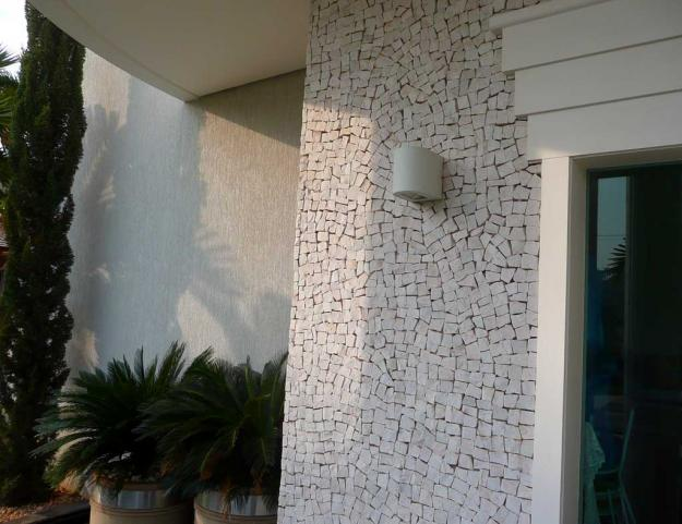 Pedra portuguesa na parede branca