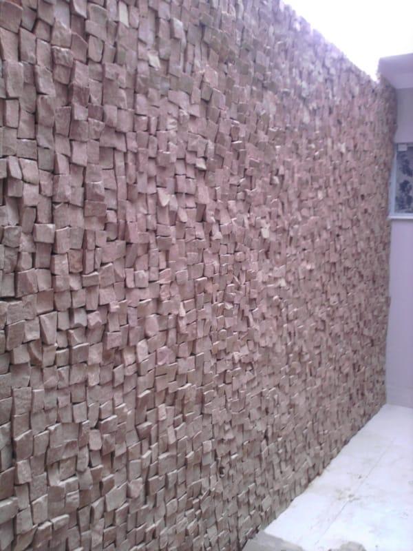 Pedra portuguesa na parede do muro