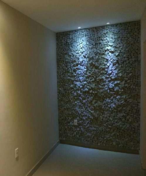 Pedra portuguesa na parede iluminada