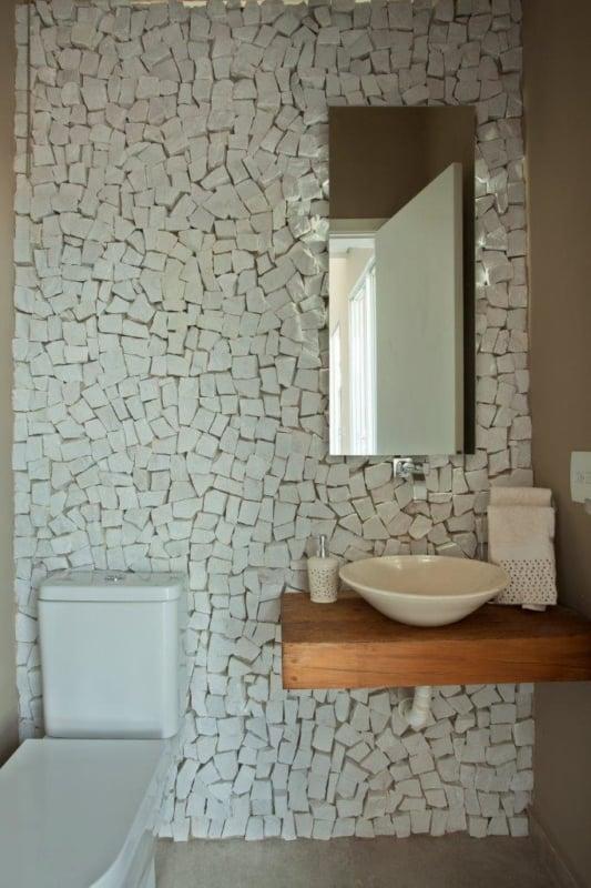 Pedra portuguesa no banheiro de casa pequena