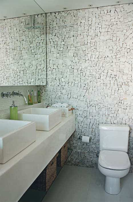 Pedra portuguesa no banheiro e lavabo