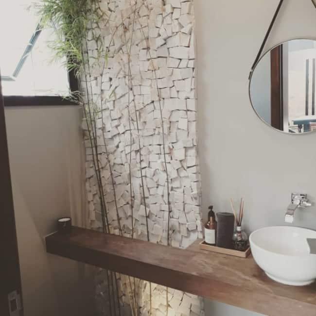 Pedra portuguesa no banheiro moderno