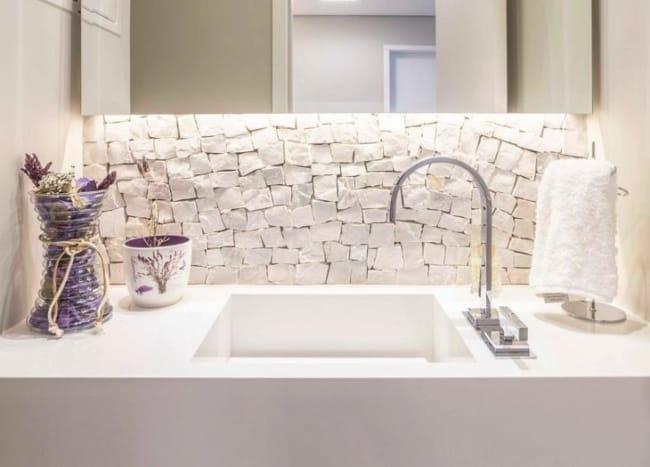 Pedra portuguesa no banheiro na pia