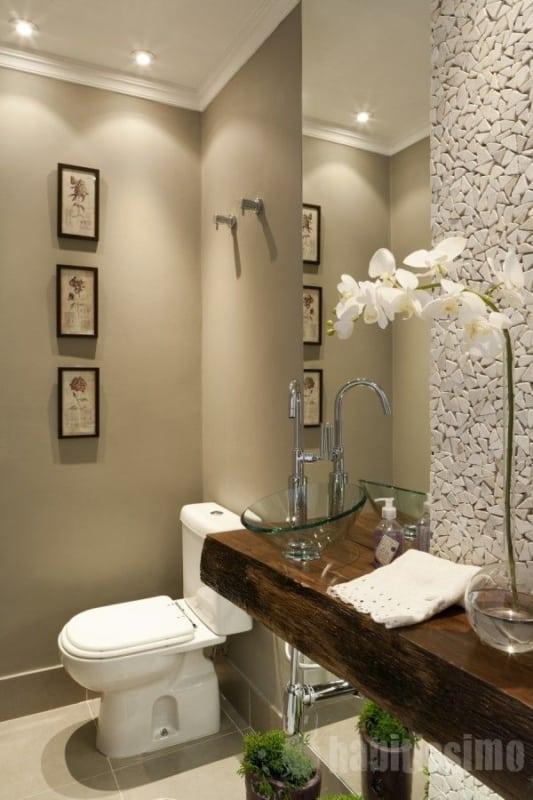 Pedra portuguesa no banheiro pequeno