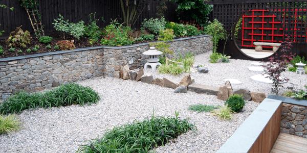 Pedra portuguesa no canteiro do jardim