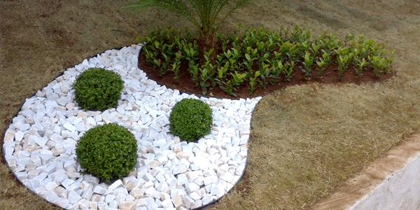 Pedra portuguesa no jardim decorado