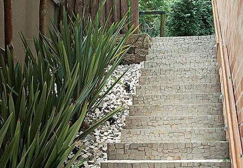 Pedra portuguesa no jardim em escada