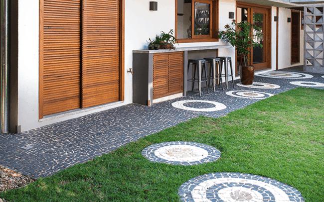 Pedra portuguesa no jardim moderno