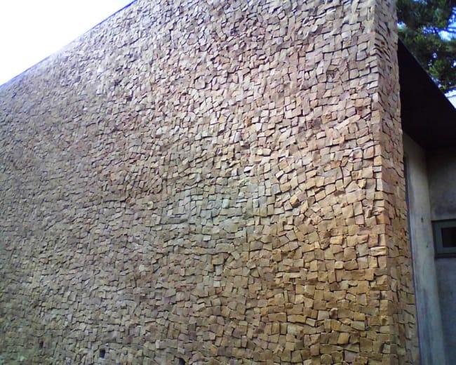 Pedra portuguesa no muro do jardim