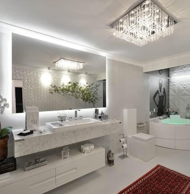 Plafon de cristais chic para banheiro espaçoso