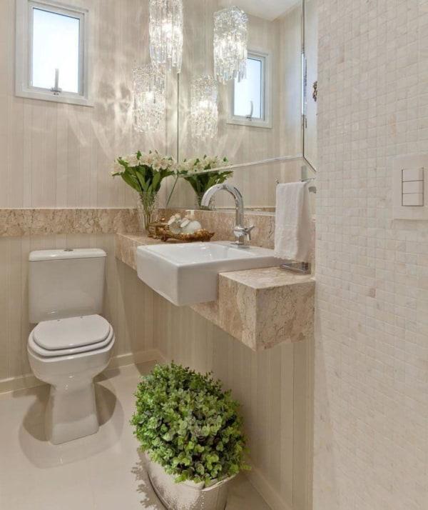 Revestimentos em cor pérola decorando banheiro