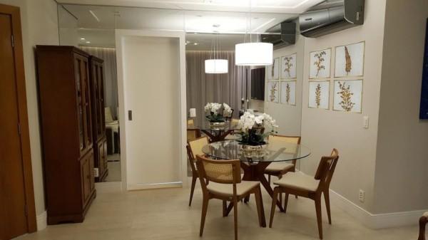 Sala de jantar com espelho e parede pérola