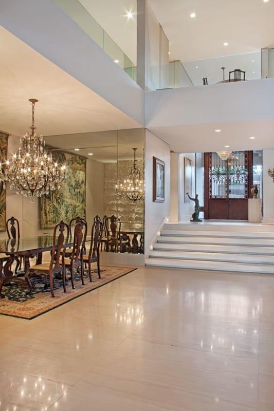 Sala luxuosa com piso de travertino bege