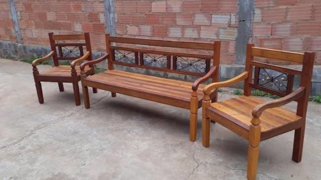 banco e cadeiras de madeira de demolição