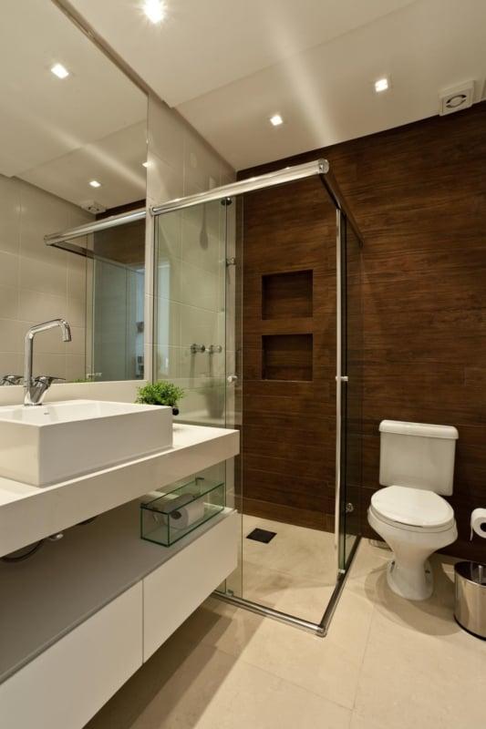 banheiro amadeirado branco moderno