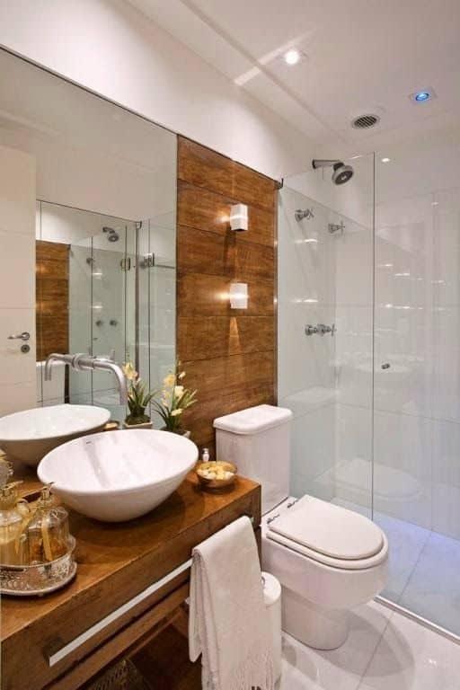banheiro amadeirado branco