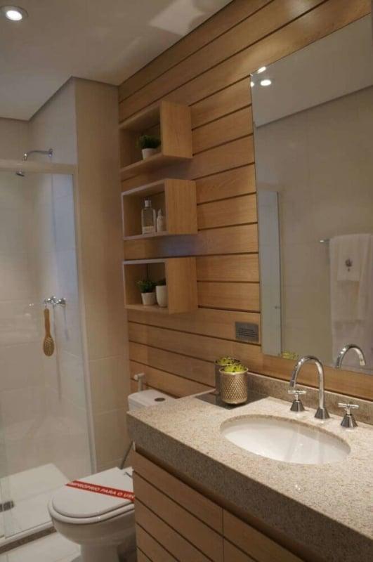banheiro amadeirado com nicho grande