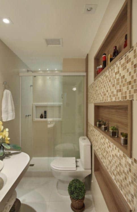 banheiro amadeirado com nicho