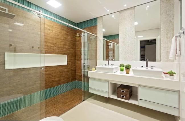 banheiro amadeirado com pastilha