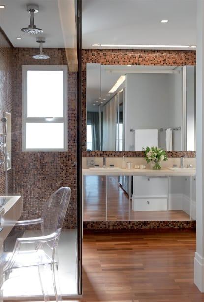 banheiro amadeirado com pastilhas