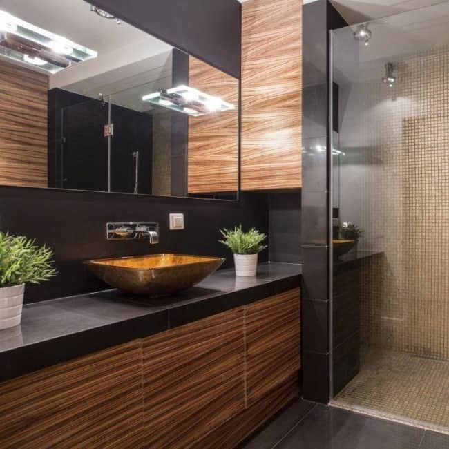 banheiro amadeirado com preto moderno