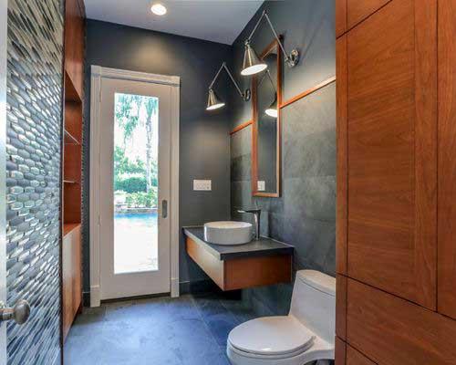 banheiro amadeirado preto simples