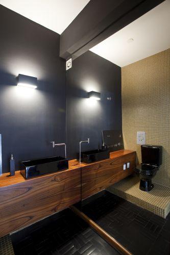 banheiro amadeirado preto sofisticado