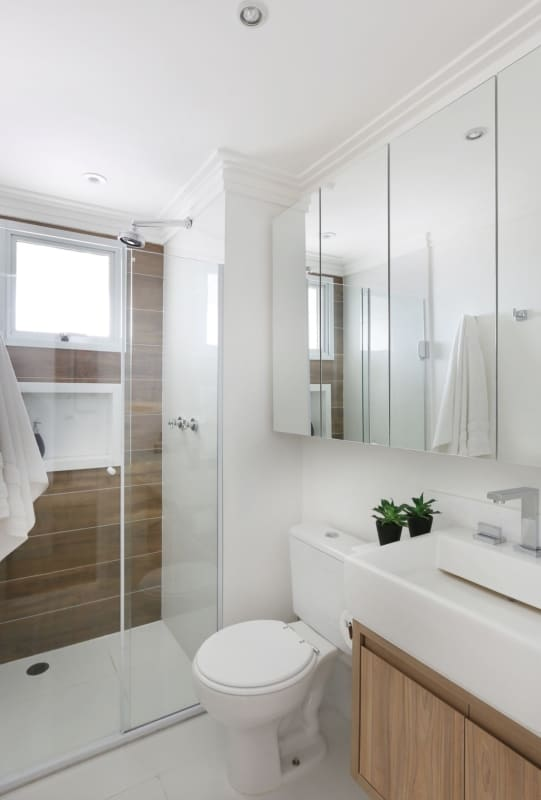 banheiro e lavabo amadeirado branco