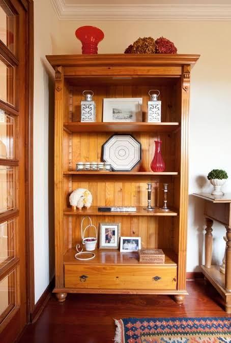 bela estante de madeira de demolição