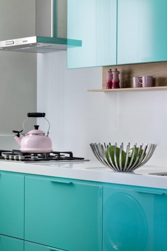 cozinha branca com armários verde água 18