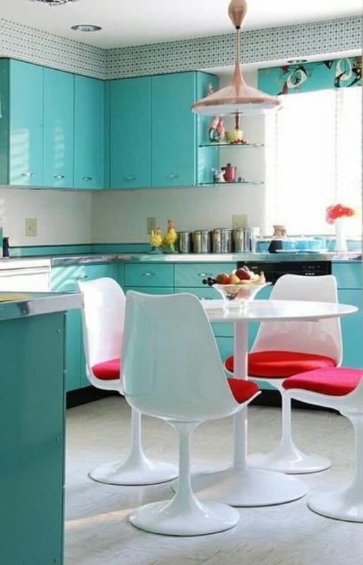 cozinha com paredes brancas e armários verde água 23