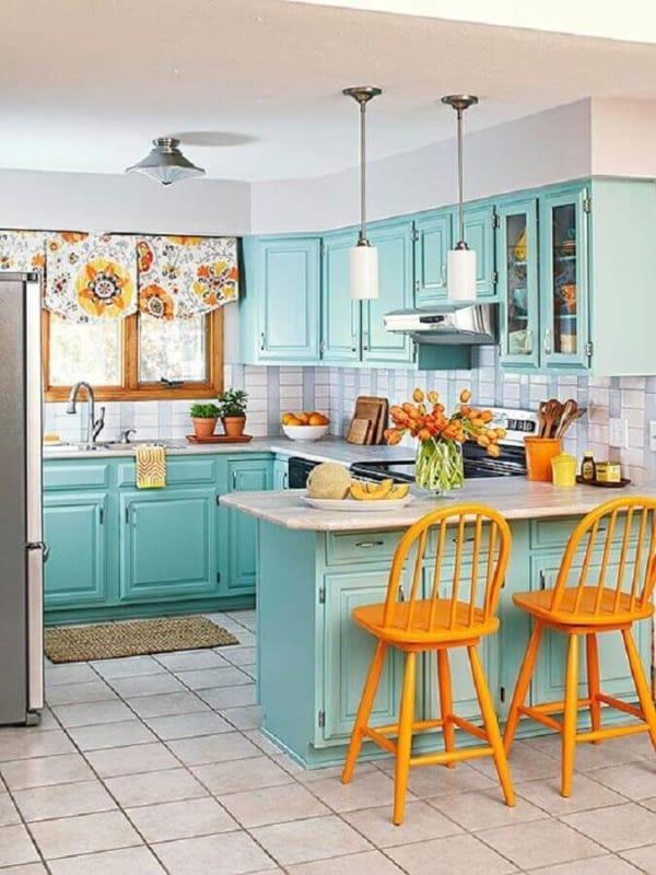 cozinha verde água com banquetas amarelas 22